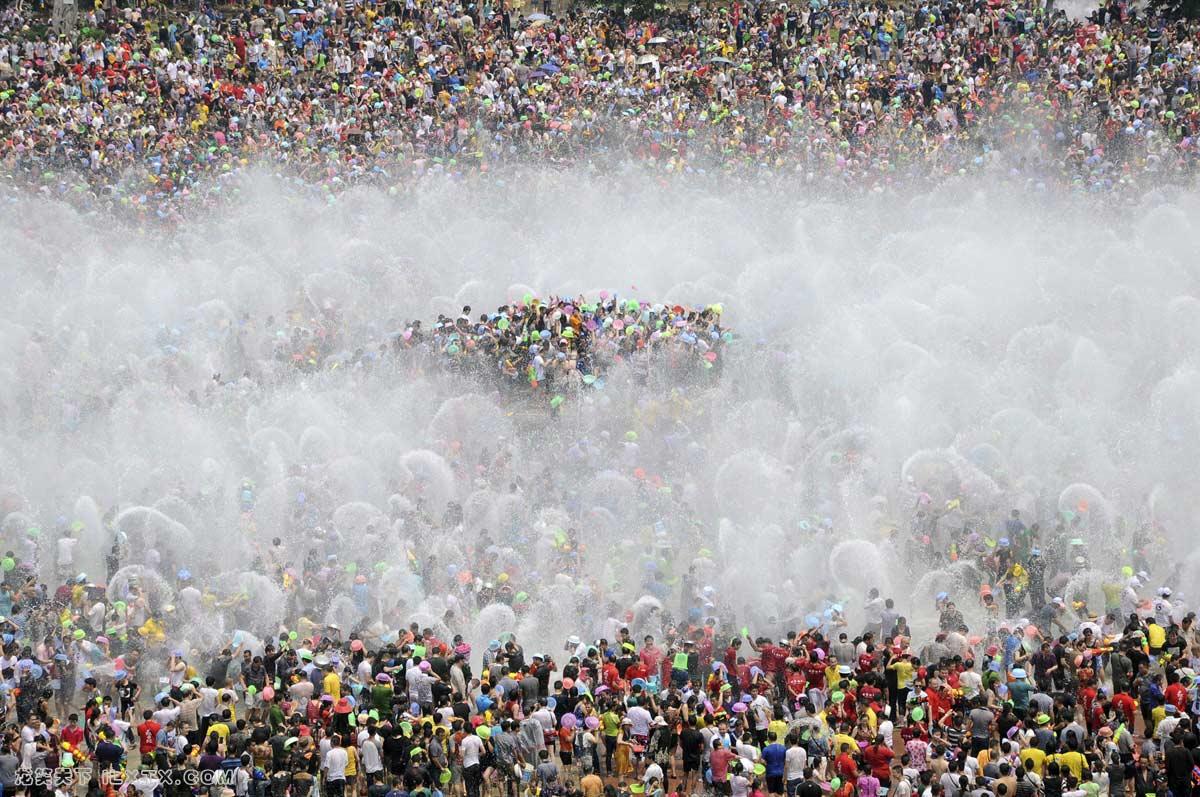 游客参加一年一度的泼水节庆祝云南西双版纳傣族少数民族的新年 - 20130415