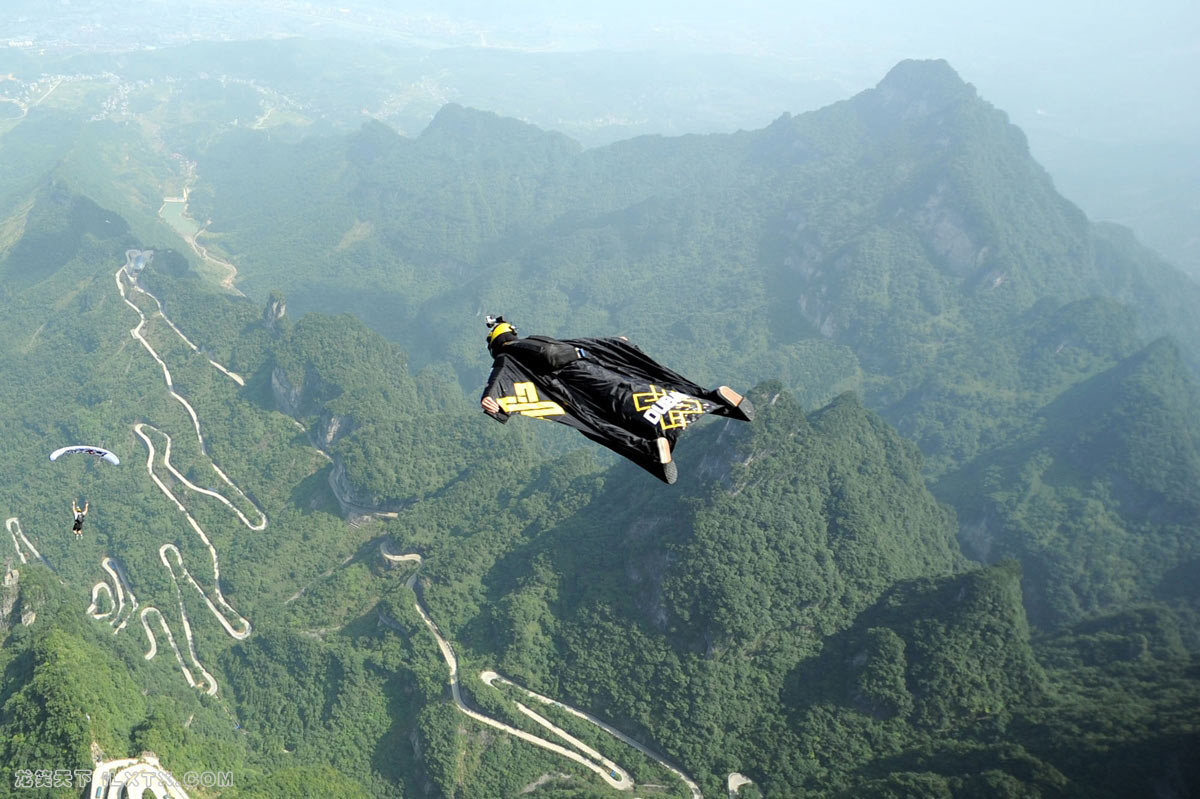 湖南天门山,极限运动爱好者挑战高空滑翔 - 20150811