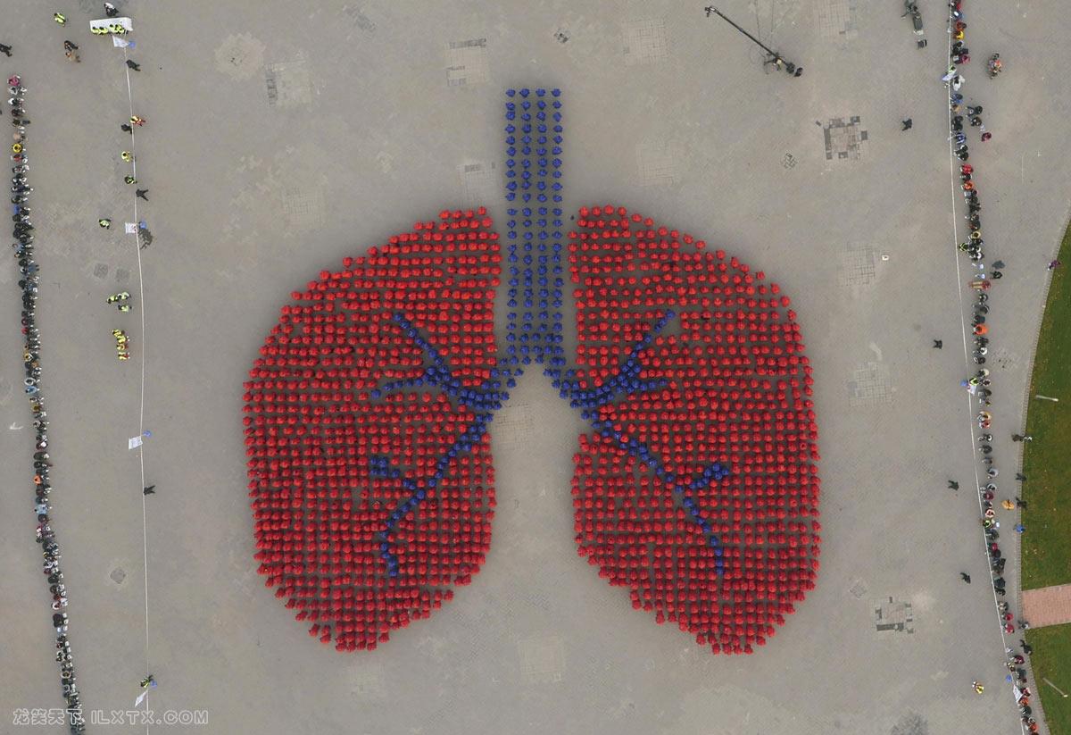 北京,身穿蓝色和红色外套的人们形成了一个人的肺 - 20151115